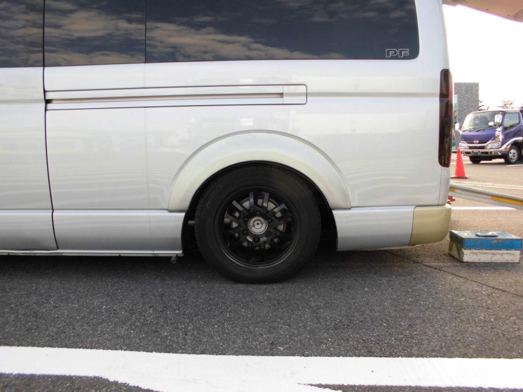 バイクの積載の為に車高を下げた状態の車両